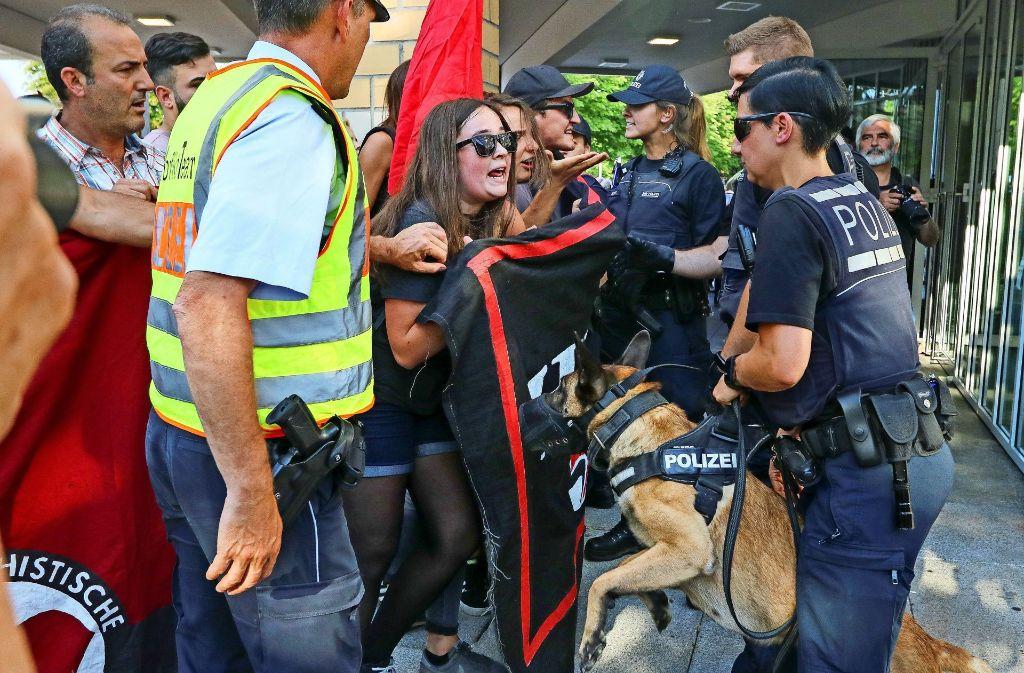 Auch wenn es rabiat aussieht: Die Polizei bewertet den Einsatz bei der Wahlveranstaltungen am Forum positiv. Foto: factum/Weise
