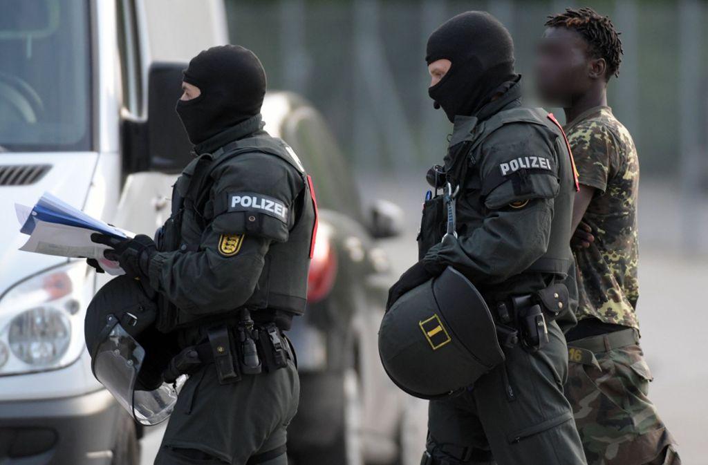 Die Polizei führte mehrere Bewohner des Flüchtlingsheims in Ellwangen ab. Foto: dpa