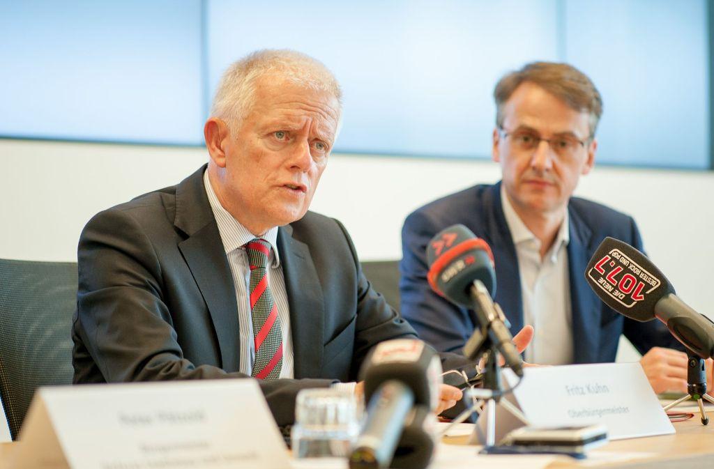 OB Fritz Kuhn (Grüne) und Kämmerer Michael Föll (CDU) haben den Jahresabschluss 2016 vorgestellt und einen Ausblick gewagt. Sie wollen ihren Sparkus fortsetzen. Foto: Lichtgut/Leif Piechowski