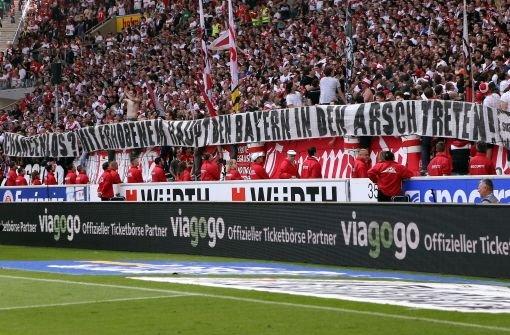 Nach einer enttäuschenden Bundesligasaison sehen die Fans des VfB Stuttgart dem DFB-Pokalfinale am 1. Juni positiv entgegen: Chancenlos? Mit erhobenem Haupt den Bayern in den Arsch treten, steht auf einem Banner geschrieben.   Foto: Pressefoto Baumann