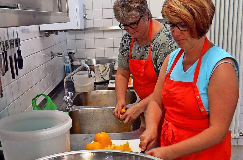 Die Mütter Petra Gohl-Kümpfbeck (hinten) und Sylvia Lange (vorne) kochen ehrenamtlich  acht- bis neunmal pro Jahr für die Schüler der Fritz-Leonhardt-Realschule. Foto: Julia Bosch