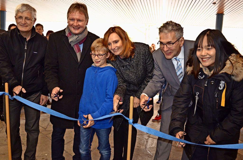 Rupert Kellermann, Wolfgang Sautter, Isabel Fezer und  Manfred Birk (v.li.) sowie zwei Schüler schneiden das symbolische Band durch. Foto: Uli Meyer