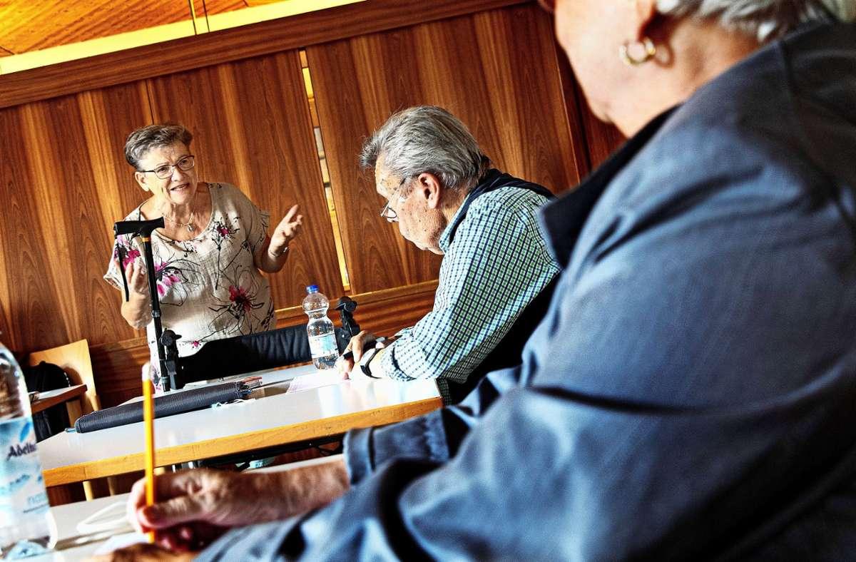 Gemeinsam grübelt es sich besser: Teilnehmer des Gedächtnistrainings in  der Fellbacher Begegnungsstätte Mozartstraße. Foto: Horst Rudel