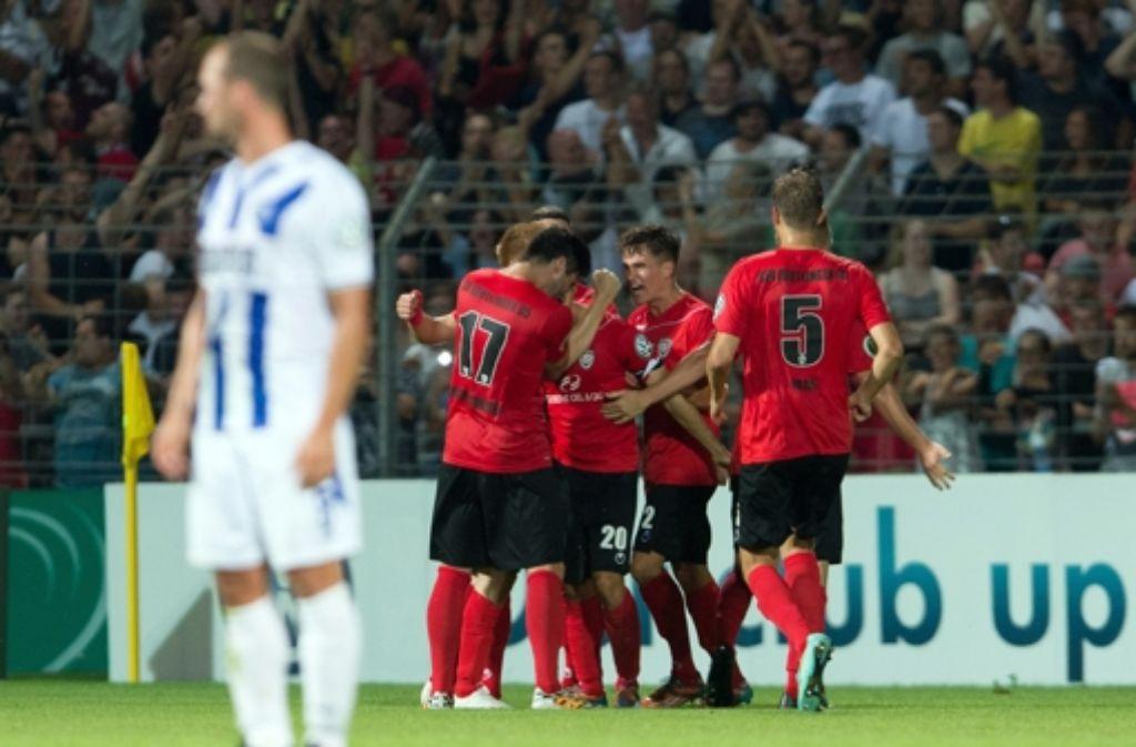 Enttäuschung für den Karlsruher SC, Jubel beim SSV Reutlingen. Foto: dpa
