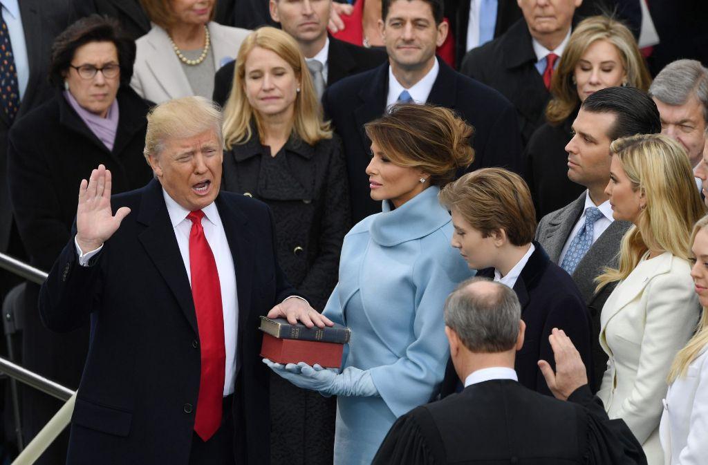 Seit wenigen Tagen ist Donald Trump Präsident der USA. Die deutschen Tageszeitungen reagieren auf ihren Titelseiten mit ganz unterschiedlichen Berichten auf den neuen Mann im Amt. Foto: dpa