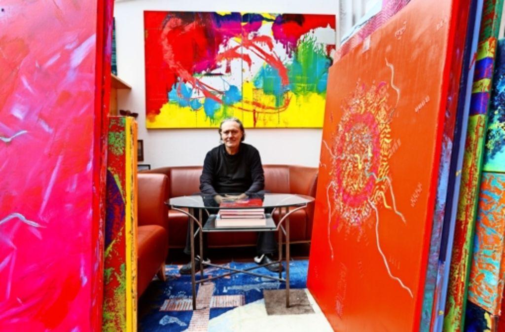"""Inmitten seiner Bilder erinnert sich Gyjho Frank an ein vor  rund 30 Jahren entstandenes Werk mit dem Titel """"Out of Space"""". Foto: Thomas Krämer"""