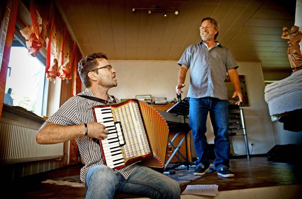 """Christoph Jäger (links) und sein Musikerfreund Sepp Steinkogler haben die CD """"Ich singe meine Lieder""""  aufgenommen. Foto: Gottfried Stoppel"""