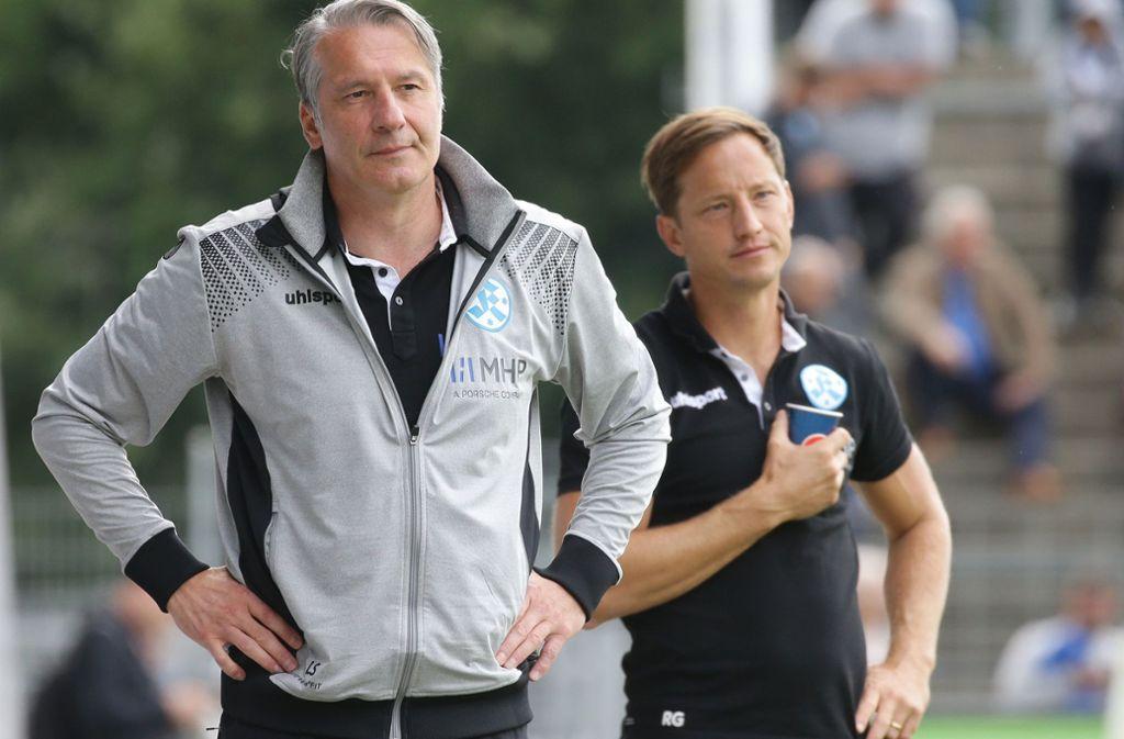 Ein gelassener  Lutz Siebrecht (li., neben Trainer Ramon Gehrmann): Der Sportliche Leiter der Stuttgarter Kickers kann an der Seitenlinie aber auch Emotionen zeigen. Foto: Baumann
