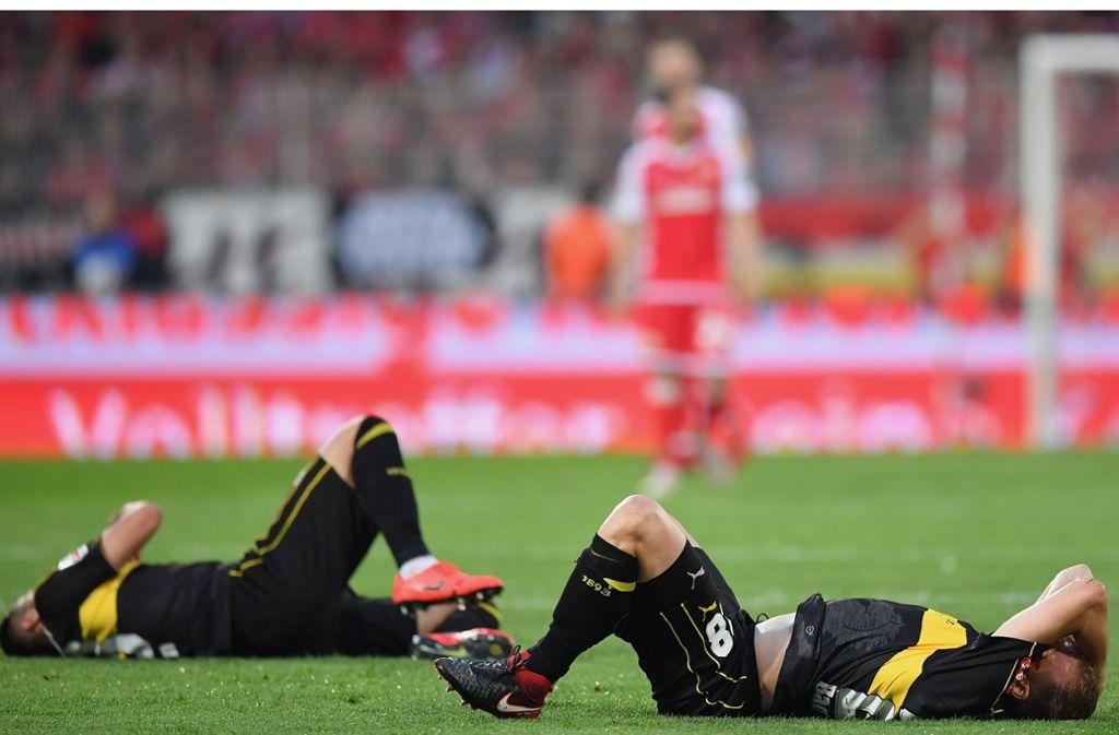 Ozan Kabak (links) und Holger Badstuber liegen am Boden. Steigt der VfB Stuttgart direkt wieder auf? Gute Frage... Foto: Getty