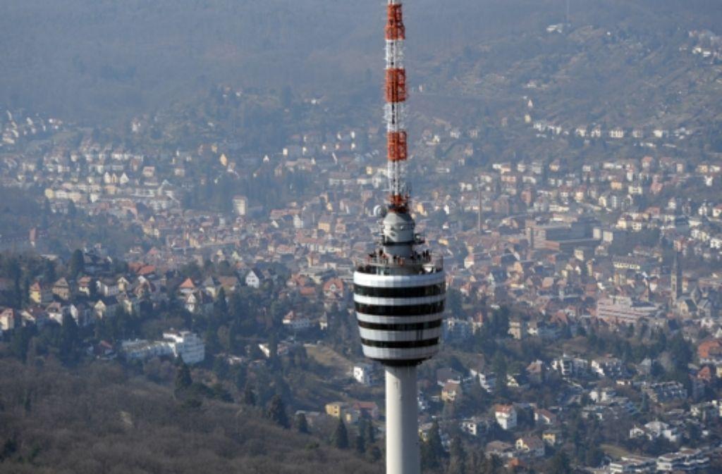 Derzeit bleibt nur der Blick von unten: der Fernsehturm ist gesperrt. Foto: dpa