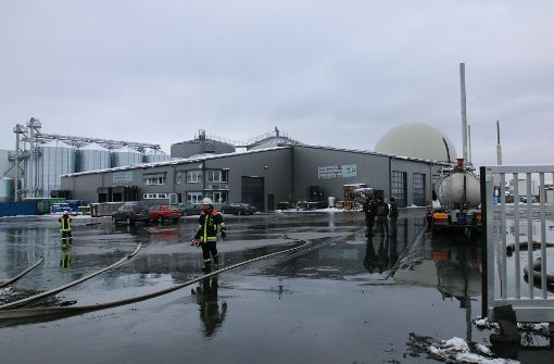 Die Feuerwehr reinigt die Straßen im Gewerbegebiet Haid in Engstingen und pumpt die vollgelaufenen Keller aus. Foto: 7aktuell.de/Lukas Felder
