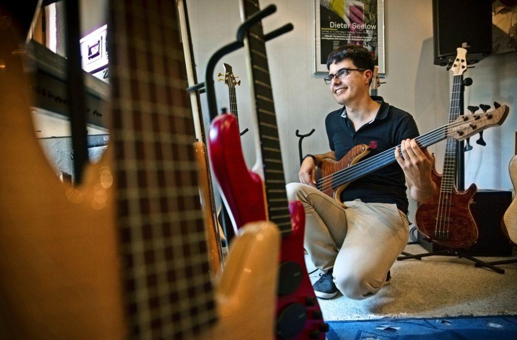 Sein selbst entworfenes E-Bass-Modell hat Justinus Feilhauer Brownie getauft – nach seinem Erstling, einem Kontrabass. Foto: Frank Eppler