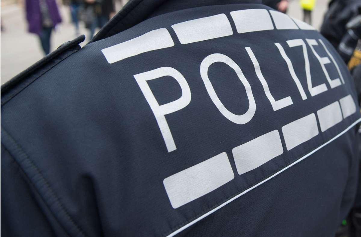 Polizisten konnten den Verdächtigen festnehmen. (Symbolbild) Foto: dpa/Marijan Murat