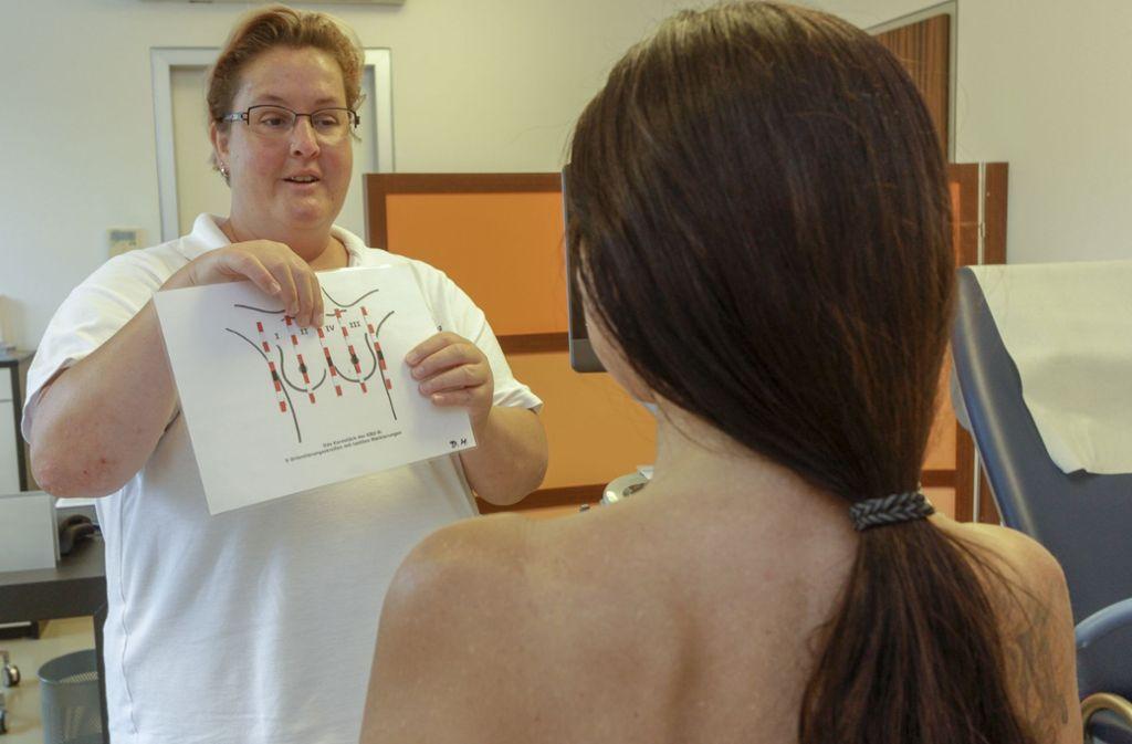 Vor der Untersuchungen erklärt sie ihren Patientinnen die Vorgehensweise. Foto: factum/Bach