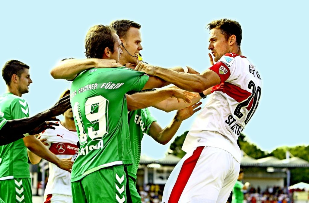 Beim letzten Aufeinandertreffen ging es ruppig zu: Stuttgarts Gentner und Fürths Berisha kabbeln sich beim Vorbereitungsspiel vor der Saison. Foto: Pressefoto Baumann