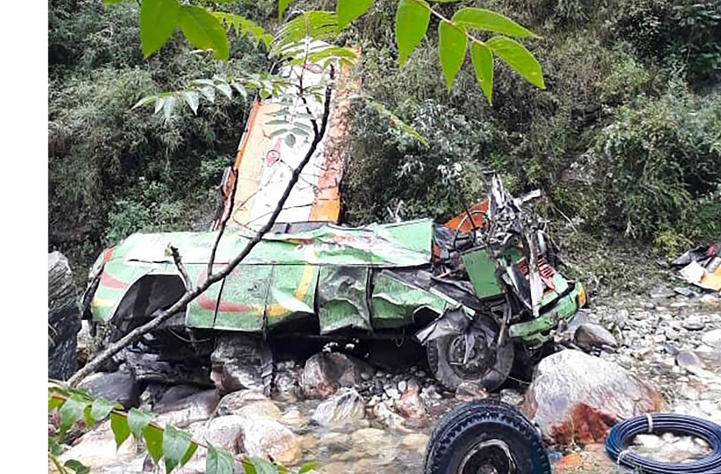 Bei einem schweren Busunglück in Indien sind mindestens 44 Menschen ums Leben gekommen. 28 weitere Menschen wurden den Behörden zufolge verletzt, als ein überfüllter Bus im nordindischen Bundesstaat Himachal Pradesh in eine Schlucht stürzte. Foto: AFP