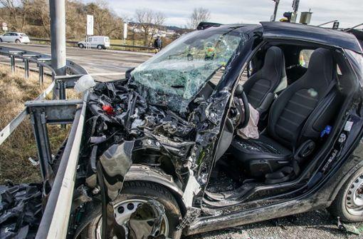 Smart-Fahrer nach Kollision mit Lkw schwer verletzt