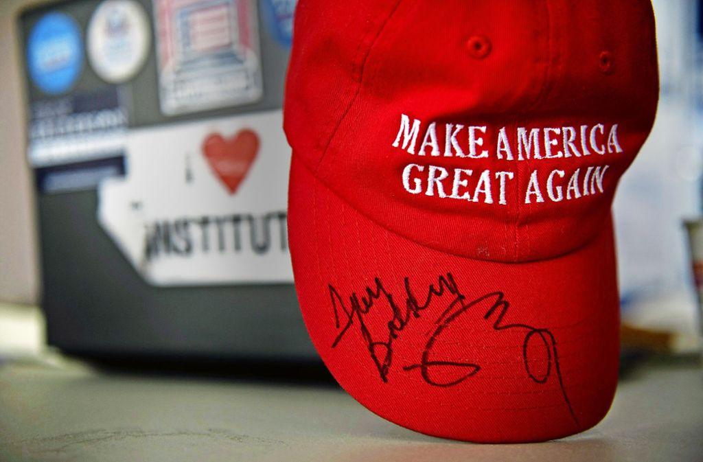 """Vizepräsident  Mike Pence und Troy Balderson haben die Kappe mit dem Trump-Spruch """"Macht die USA wieder groß"""" signiert. Balderson hat in Ohio knapp gewonnen. Foto: AFP"""