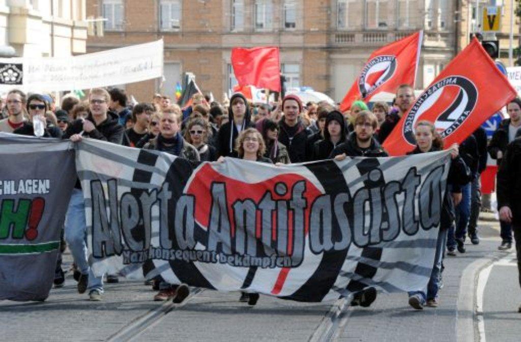 In Karlsruhe protestieren am Samstag Menschen gegen einen geplanten Aufmarsch von Rechtsradikalen. Am Rande der Demo kam es zu Auseinandersetzungen mit der Polizei. Der Aufmarsch der Rechten wurde daraufhin untersagt. Foto: dpa