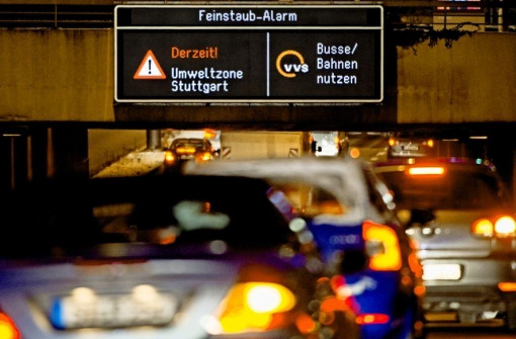 Volle Straßen trotz Alarm: Seit dem vergangenen Wochenende waren die Autofahrer zum Umsteigen aufgefordert – bisher ohne Erfolg. Foto: Fotos:dpa, Lg/Zweygarth, Lg/Kovalenko (5)