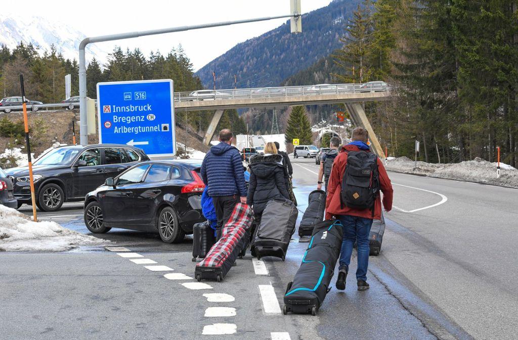 Als über Ischgl und weitere Orte eine Quarantäne verhängt wurde, kam es zu chaotischen Zuständen bei der fluchtartigen Abreise zahlreicher internationaler Gäste. Foto: dpa/Expa