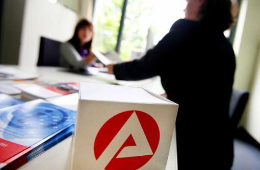 Arbeitslosigkeit geht erstmals seit März wieder leicht zurück