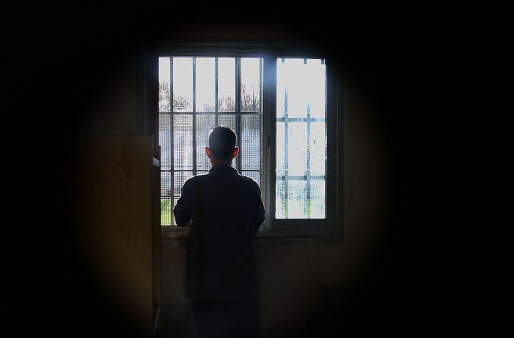 Ein 50-Jähriger muss wegen der Vergewaltigung seiner Tochter für sechs Jahre hinter Gitter. (Symbolbild) Foto: dpa