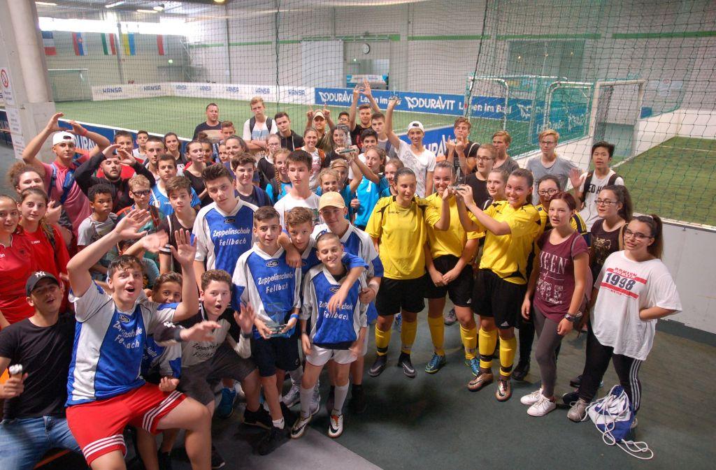 Schlussbild im Soccer-Olymp: Zur Siegerehrung kommen alle zum Fototermin. Foto: Dominique Wehrle