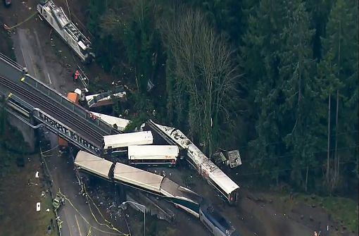 Waggon stürzt bei Zugunglück auf Autobahn