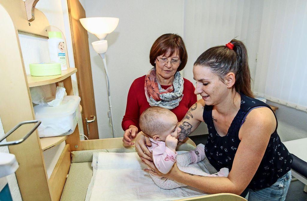 Die Hebamme Zenta Schneider (hinten) gibt   im Gespräch    Christina Höschele  Ratschläge und Tipps im Umgang mit    ihrem Töchterchen  Amalia Foto: factum/Bach