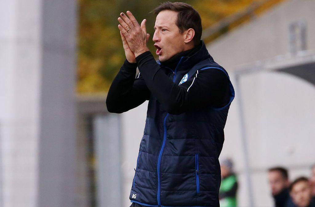 Applaus für seine Mannschaft: Kickers-Trainer Ramon Gehrmann darf sich nach dem 3:0 gegen die Neckarsulmer Sport-Union über den Sprung auf Platz zwei freuen. Foto: Baumann