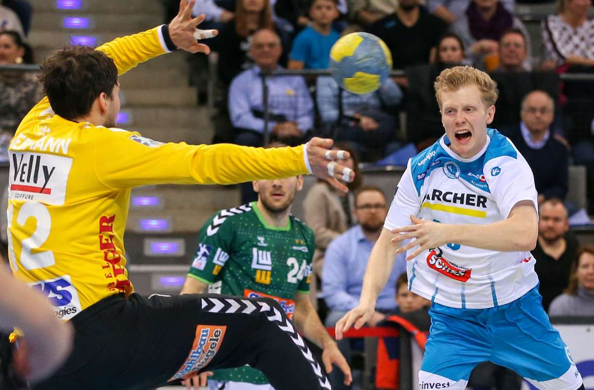 Rechtsaußen Sascha Pfattheicher vom TVB Stuttgart gegen Torwart Daniel Rebmann von Frisch Auf Göppingen – das Aufeinandertreffen im  Derby  wird  auch in der neuen Saison einer der Höhepunkte. Foto: Baumann