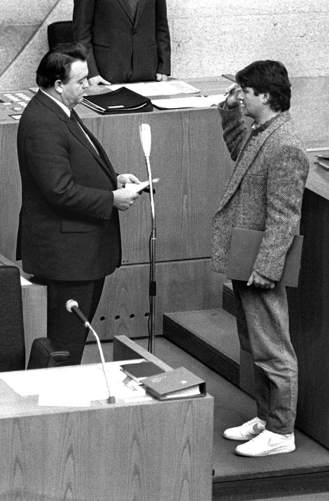 Unkonventionell war auch die Vereidigung des ersten grünen Umweltministers Joschka Fischer am 12. Dezember 1985 durch Hessens Ministerpräsident Holger Börner im Landtag in Wiesbaden. Fischers Auftritt in lässigem Sakko und Turnschuhen ist legendär.  Foto: dpa