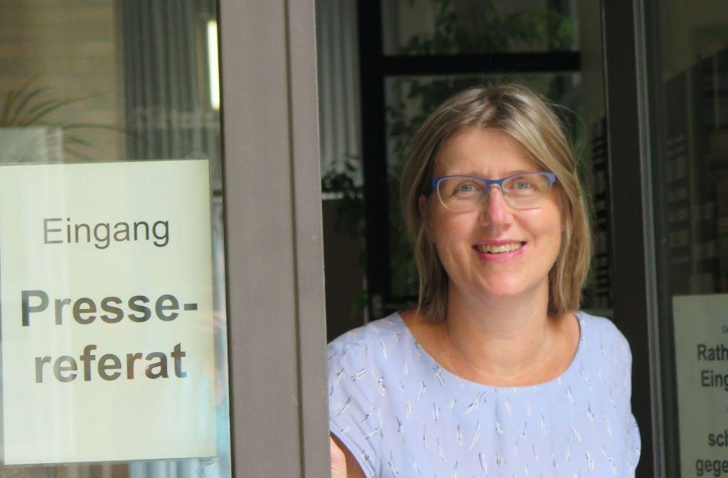 Hereinspaziert: Sabine Laartz vor ihrem Büro. Foto: Brigitte Hess