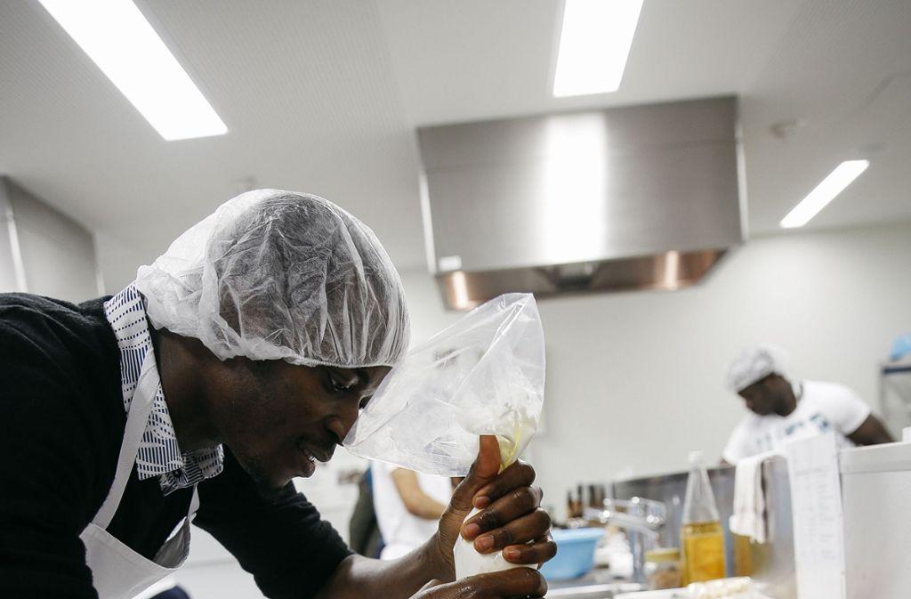 Die angehenden Hauswirtschafter im dritten Lehrjahr stellen sich beim Kochen schon geschickt an. Foto: Lichtgut/Leif Piechowski
