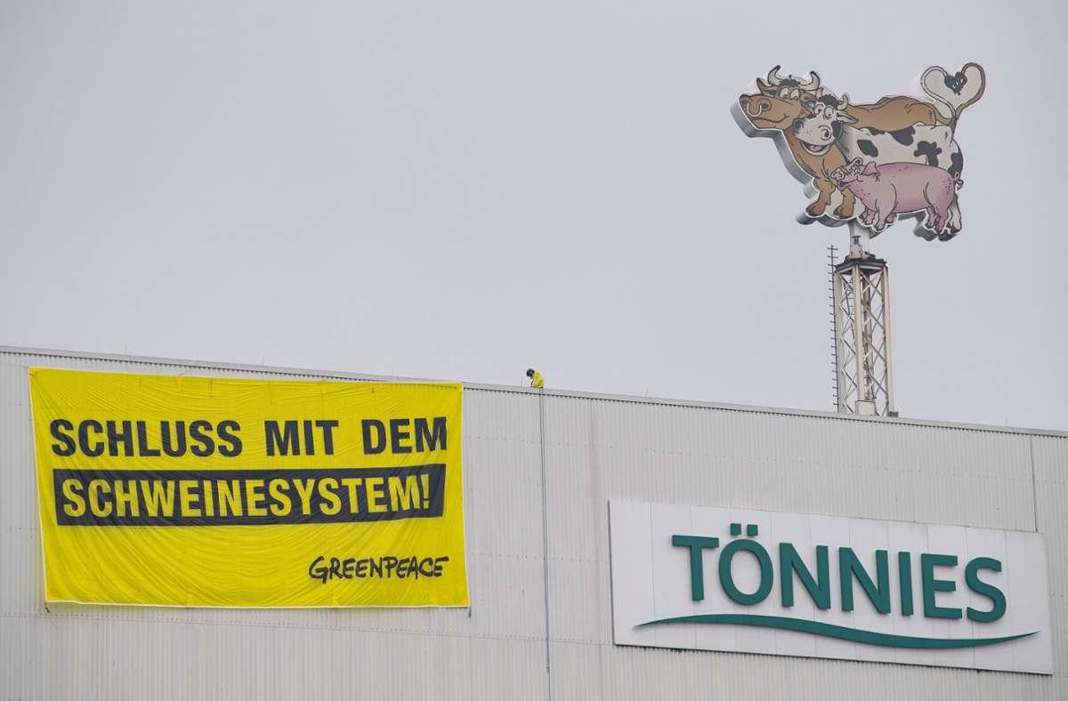 Proteste beim Tönnies-Schlachtbetrieb in Rheda-Wiedenbrück Foto: dpa/Guido Kirchner