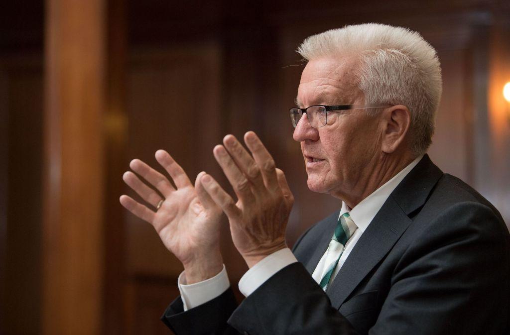 Ministerpräsident Winfried Kretschmann hält an der Forderung nach der Einführung einer blauen Plakette fest. Foto: dpa