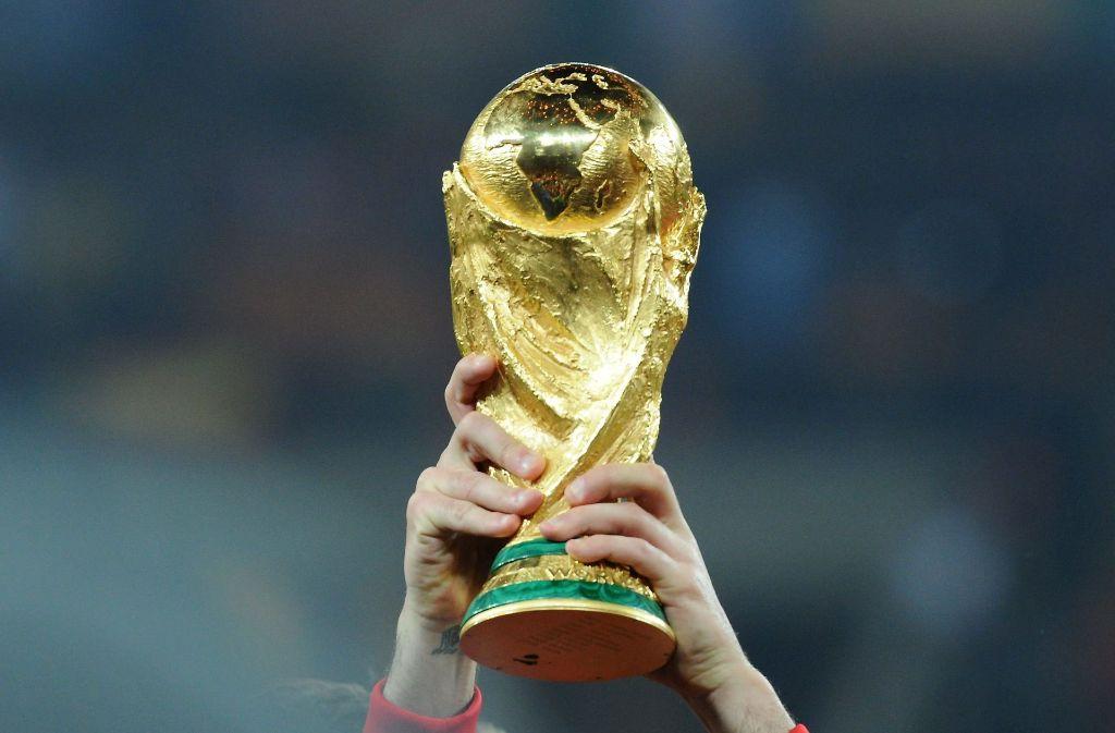 Zum ersten Mal wollen 32 Länder den Pokal mit nach Hause nehmen. Foto: dpa
