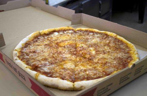 Paar bekommt Pizza mit Salami-Hakenkreuz