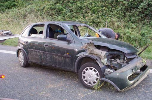 Auto überschlägt sich nach Reifenplatzer – zwei Schwerverletzte