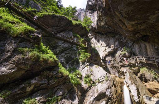 Zwei Wanderer sterben bei Felssturz in Klamm – Sieben Verletzte