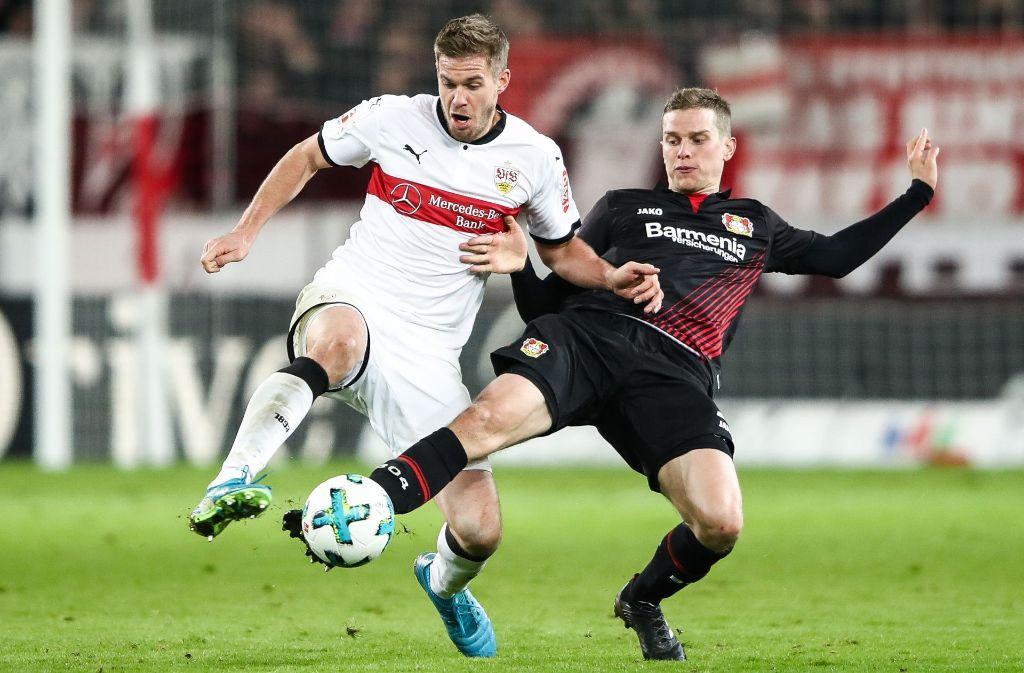 Simon Terodde im Zweikampf mit Lars Bender: Der VfB-Stürmer blieb torlos. Foto: Bongarts