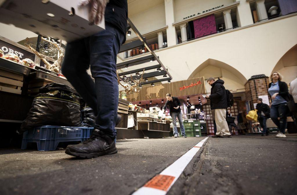 Nur wenige Besucher schlendern am Samstag durch die Markthalle in Stuttgart. Foto: Lichtgut/Julian Rettig