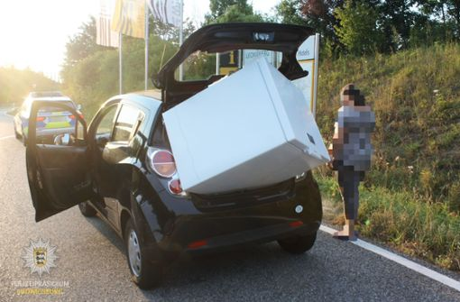 Polizei stoppt Kleinwagen mit Kühltruhe im Kofferraum