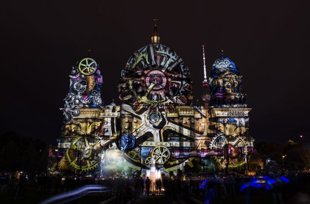"""Zu Beginn des """"Festival of Lights"""" wurde  der Berliner Dom in Szene gesetzt. Foto: dpa/Paul Zinken"""