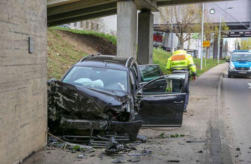 Frau kracht mit VW ungebremst gegen Brückenpfeiler