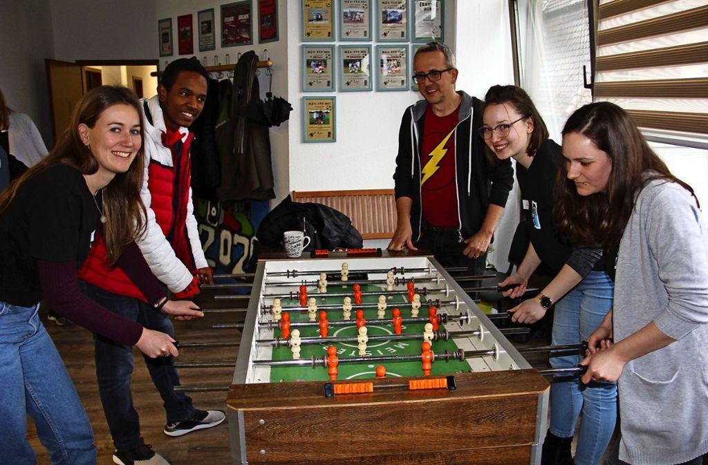 Bei der Einweihungsfeier gab es  für Mitarbeiter und Jugendliche Gelegenheit, sportlich die Kräfte zu messen. Foto: Bernd Zeyer