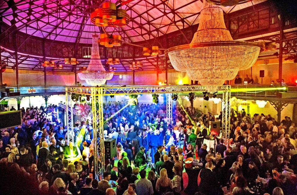 Geburtstagsparty unter Kronleuchtern: Rund 800 Gäste feiern in der Alten Reithalle. Foto: Lichtgut/Julian Rettig