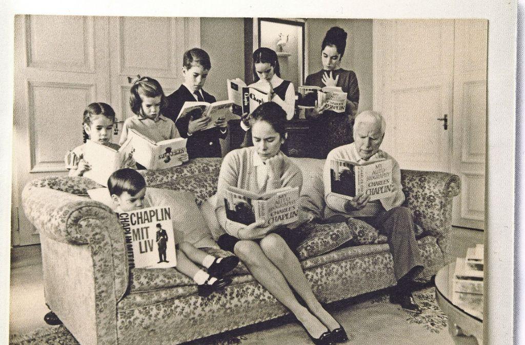 Papa, Mama, Kinder: die ganze Familie Chaplin vertieft in Bücher über Charly Chaplin (rechts) Foto: Marbacher Katalog