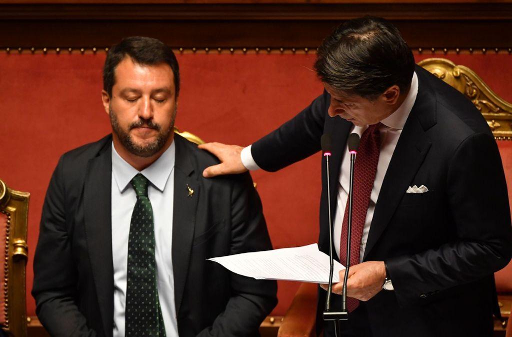 In diesem Moment Noch-Ministerpräsident Giuseppe Conte (rechts) rechnet in seiner Regierungserklärung mit Lega-Chef Matteo Salvini (links) ab. Foto: AFP